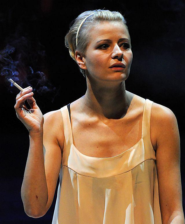 Kożuchowska na scenie z papierosem. Rzadki widok, ale jakże ciekawy...