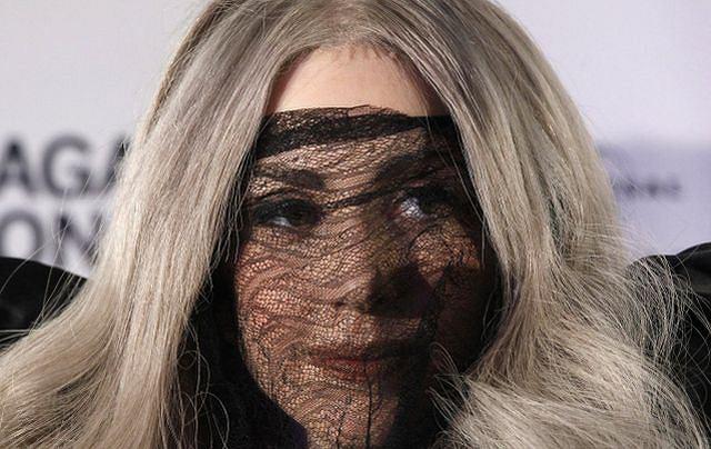 Lady Gaga jest prawdziwym fenomenem na międzynarodową skalę. Wyróżnia się strojami, wypowiedziami, muzyką i teledyskami. Na imprezie Echo w Berlinie przyznano jej trzy nagrody. Przy okazji artystka odebrała też poczwórną platynową płytę. Gratulujemy!