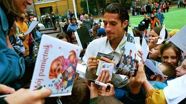 Maciej Murawski rozdaje autografy
