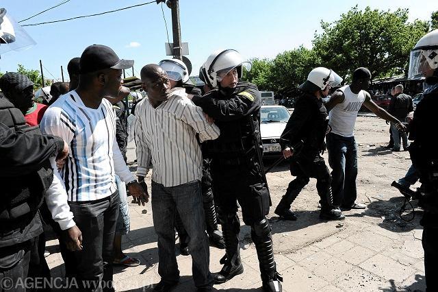 Zamieszki, zatrzymanie, przesłuchanie w komendzie. I w efekcie zarzuty usłyszało 26 osób.