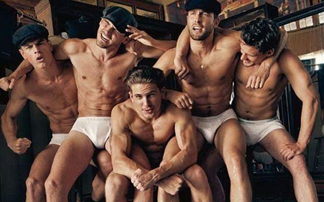 Dom mody Dolce & Gabbana wypuścił fotografie utrzymane w stylistyce lat 20-tych i 30-tych, które pokazują grupkę półnagich mężczyzn u krawca. Jak zwykle sesja D&G prowokuje i pobudza wyobraźnię...