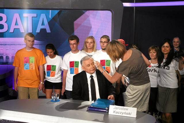 Jarosław Kaczyński przed debatą. Na stole teczki