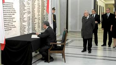 Kwiecień 2010, w Sejmie przy księdze kondolencyjnej wyłożonej w związku z katastrofą samolotu prezydenta Lecha Kaczyńskiego w Smoleńsku