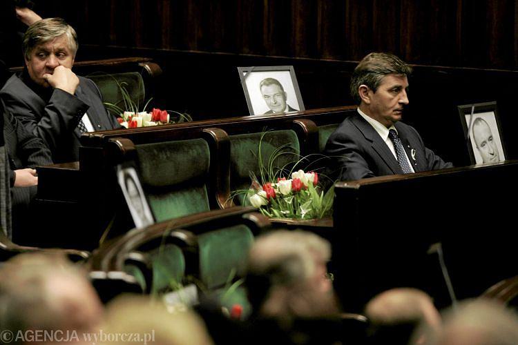 Posłowie PiS siedzą obok zdjęć tragicznie zmarłych kolegów. Zdjęcie z 29.04 2010