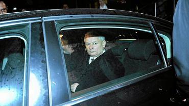 Jarosław Kaczyński po oględzinach zwłok brata podjeżdża pod hotel niedaleko lotniska w Smoleńsku