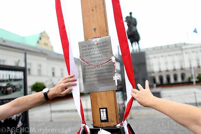 Krzyż przed Pałacem Prezydenckim wraz z tabliczką przybitą do niego 30 maja 2010 przez harcerzy