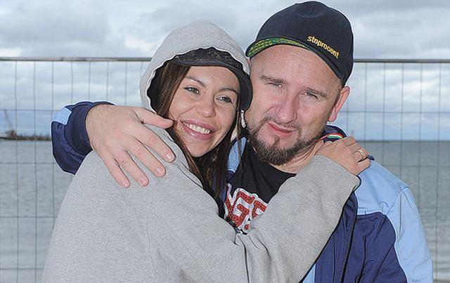 Liroy i Joanna Krochmalska spędzili urlop w Sopocie. W weekend odbywały się tam Mistrzostwa Polski w Piłce Nożnej Plażowej. Pogoda nie dopisała, ale raper i jego partnerka i tak świetnie się razem bawili.