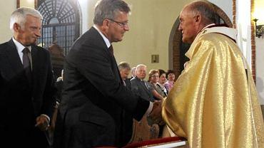 Arcybiskup Kazimierz Nycz wita się z prezydentem Bronisławem Komorowskim podczas mszy w intencji ojczyzny i nowego prezydenta