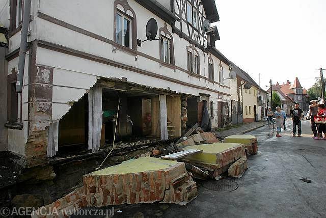 Zniszczone domy w centrum Bogatyni. Zdjęcie z 8 sierpnia
