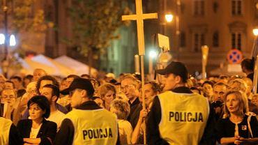Manifestacja przeciwników krzyża przed Pałacem Prezydenckim
