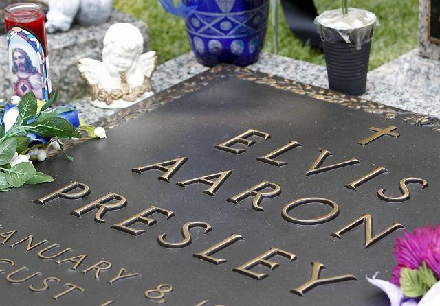 Udekorowany przez fanów grób Elvisa Presleya w Meditation Garden w Graceland