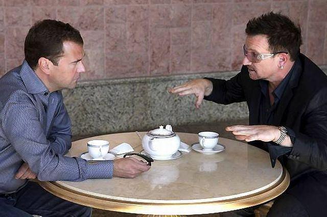 Dmitrij Miedwiediew i Bono na herbacie Fot. AP/Mikhail Klimentyev