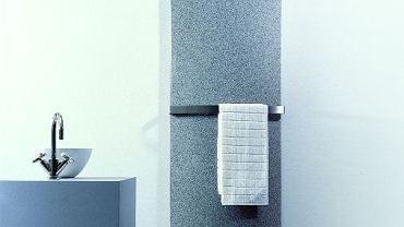 Grzejnik Geo Vertical Grzejnik dekoracyjny, z płytą czołową z granulatu naturalnego kamienia, o zasilaniu górnym lub dolnym. Wymiary: wysokość - 1500, 1800 mm; szerokość - 500, 600 mm; głębokość - 84, 105 mm. Moc: 631, 971 W dla 75/65/20°C. Rozstaw przyłączy: zależy od zastosowanego osprzętu. Kolor: 8 barw; w standardzie - biały, czarny, piaskowy, jasny szary. Cena: podana za grzejnik 1500/500 mm; dodatkowo wieszak ok. 450 zł. Producent: Jaga Cena:5100,00 zł