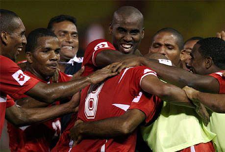 Luis Henriquez (drugi z lewej) w stroju Panamy