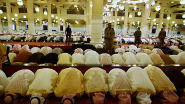 Muzułmanie w Rijadzie modlą się z okazji zwiastującego koniec Ramadanu święta Eid al-Fitr