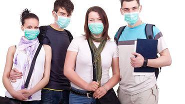 Maseczki mają działać w dwie strony: zatrzymywać mikroby od zakażonych i nie dopuścić do wtargnięcia wirusów do organizmu zdrowych,