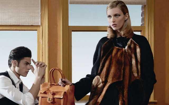 Anja Rubik jest twarzą najnowszej kampanii marki FENDI. Modelka reklamuje kolekcję jesienno-zimową w towarzystwie chłopaka Karla Lagerfelda, Baptiste'a Giabiconi. Sam Karl stanął za obiektywem. To on jest autorem tych niezwykłych zdjęć. Zobaczcie sami jak to wyszło.