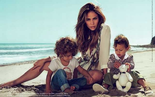 Jennifer Lopez i jej dwuletnie bliźniaki Emme i Max wzięli udział w kampanii dziecięcej kolekcji marki Gucci.