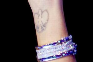 Posiadaczką tego tatuażu jest Izabella Scorupco. Polska aktorka przyleciała do Polski promować kosmetyki.