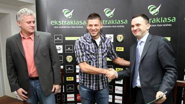 Krzysztof Paluszek,Amir Spahic i Piotr Waśniewski podczas podpisania kontraktu zawodnika ze Śląskiem Wrocław