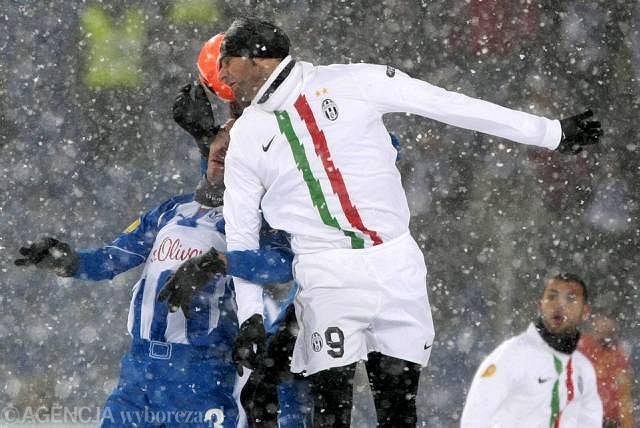 Vincenzo Iaquinta skacze wyżej od Ivana Djurdjevicia