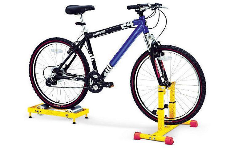 gadżety: konstrukcja pozwolająca pedałować na rowerze w domu