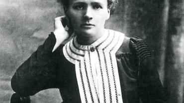 Maria Skłodowska-Curie miała tragiczne życie. Nie lubiła Francji i Francuzi jej nie lubili. Kiedy miała romans z żonatym Paulem Langevin, mówiono o niej: Żydówka, ateistka, niemoralna. Skandal wokół niej porównywany jest ze sprawą Dreyfusa