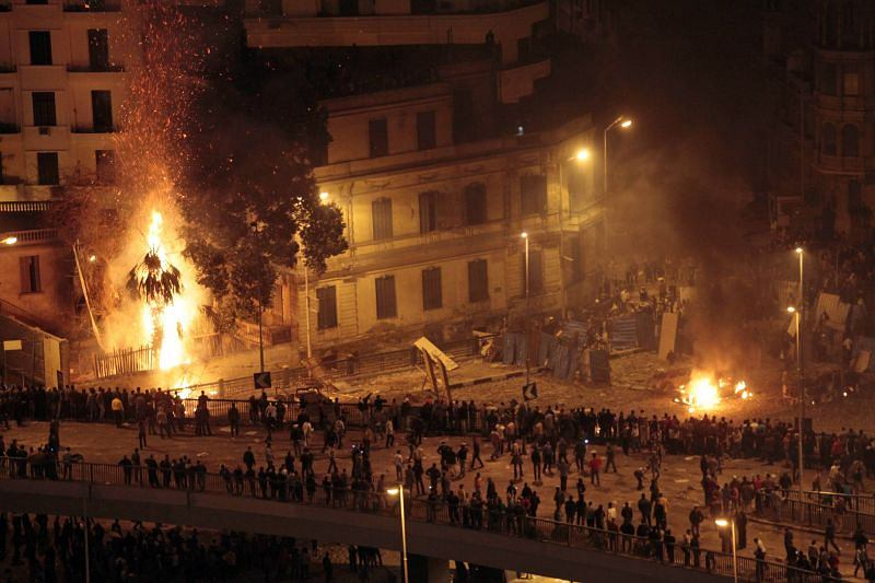 Czwartkowe starcia zwolenników i przeciwników Mubaraka na placu Tahrir w Kairze