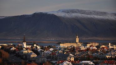 Reykjavik, Islandia. Przytulne kafejki, restauracje o światowej sławie, ciekawe muzea i galerie. Tak przywita Was stolica kraju gejzerów. Znana jest także z bardzo dobrze rozwiniętej sceny muzycznej, do czego przyczynił się klub 12Tonar, który gości występy ulubionych grup Islandii.