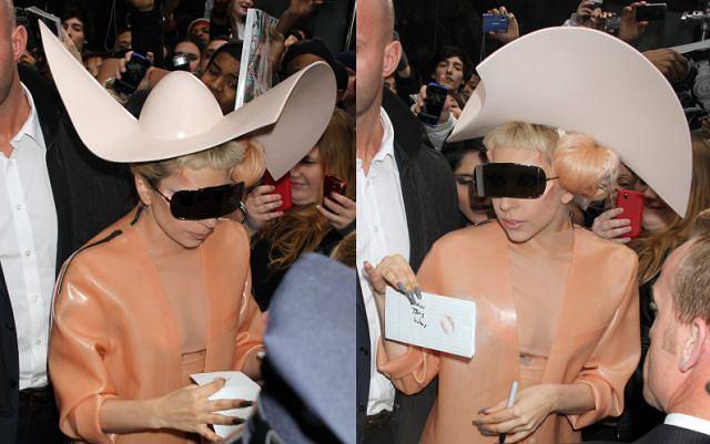 Lady Gaga najpierw przyszła na wielką galę w sukience z surowego mięsa, a ostatnio na rozdanie nagród Grammy została wniesiona w jajku. Skandal to jej drugie imię. Lady Gaga na nagranie porannego programu