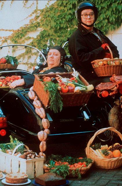 Każdy odcinek 'Two fat ladies' zaczynał się od ujęcia Paterson z Dickson Wright wciśnięta do przyczepionego z boku kosza