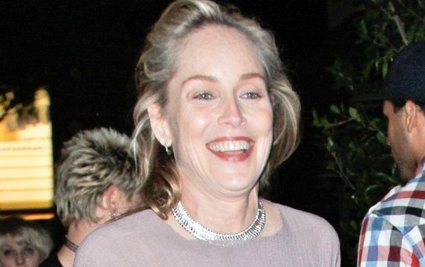Sharon Stone swoje 53 urodziny obchodziła w odważnym stroju. Aktorka nie miała pod bluzką stanika. Trzeba przyznać, że jej piersi nie wyglądają na 53 lata! Sharon ma idealną figurę.
