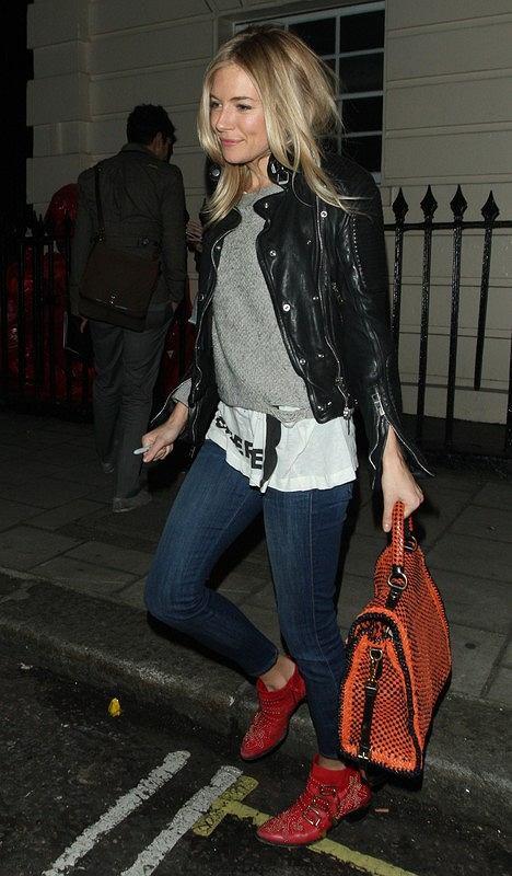 Sienna Miller z kolorowymi pomarańczową torbą i w czerwonych butach