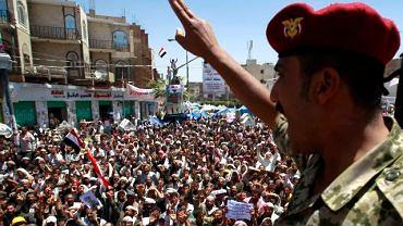 Były oficer Gwardii Republikańskiej pozdrawia Jemeńczyków, którzy tak jak on domagają się rezygnacji prezydenta Saleha