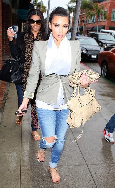 Kim Kardashian wychodzi od kosmetyczki z torbą Balenciaga Velo