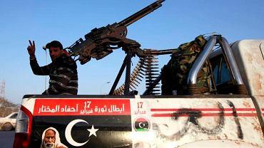 Libijski rebeliant na stacji benzynowej