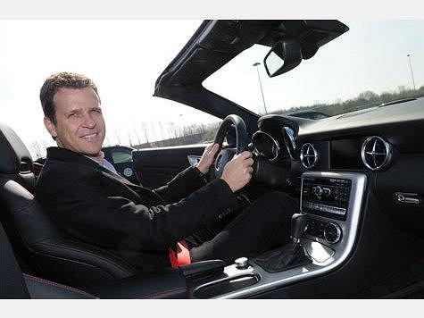 piłkarze reprezentacji Niemiec w jeżdżą Mercedesem.