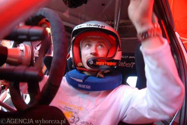 Adam Małysz w samochodzie rajdowym na odcinku testowym w Zamarskach k. Cieszyna w 2009 r.