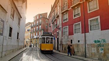 W Lizbonie lekkie, niewielkie tramwaje pokonują wiele stromych zboczy