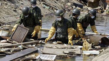 Japońscy wojskowi szukają ciał ofiar tsunami w ruinach Natori w północnej Japonii