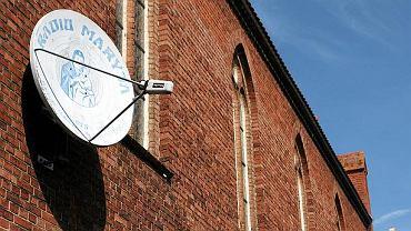 Antena z logo Radia Maryja na ścianie kościoła w Lubinie