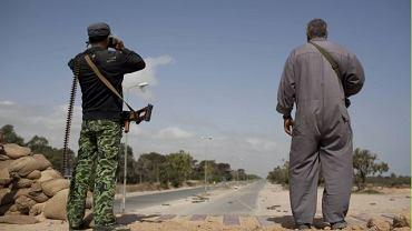 Antyrządowi rebelianci obserwują siły Muammara Kaddafiego na linii frontu pod Misratą w Libii