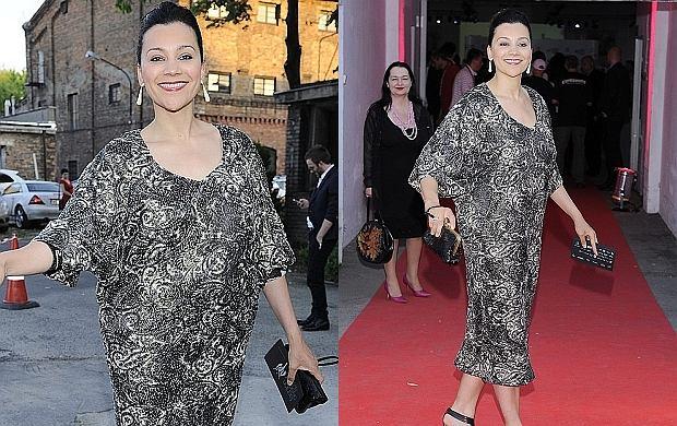 Prezenterka TVN Klaudia Carlos pojawiła się na rozdaniu Fashion Designer Awards. Gwiazda miała na sobie przerażającą kreację, która kompletnie zdeformowała jej figurę. Bardziej przypominała w niej starszą panią, niż piękną i seksowną prezenterkę, którą znamy z ekranu. A szkoda...