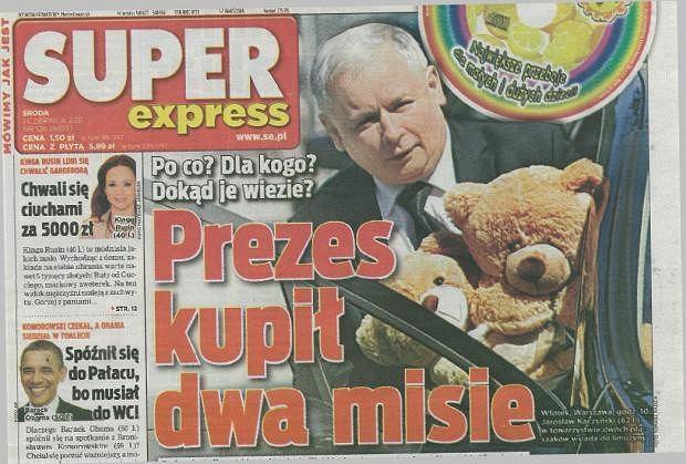 Jarosław Kaczyński idzie wręczyć misie córkom Marty Kaczyńskiej z okazji dnia dziecka.