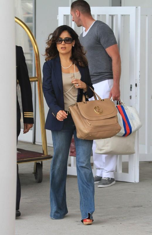 Salma Hayek w dżinsowych dzwonach i torebką Gucci