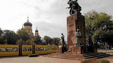 Pomnik 'Czterech śpiących' jeszcze w starym miejscu przed budową metra