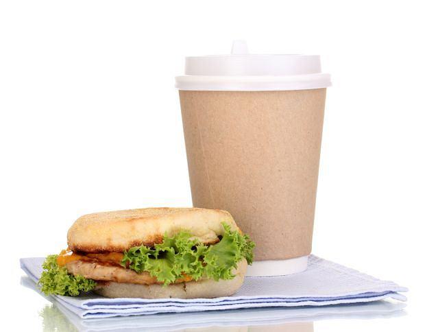 Korporacyjny savoir vivre, savoir vivre, Warto ustalić zasady dotyczące spożywania posiłku w miejscu pracy