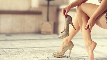 Niewygodne obuwie lub wysokie obcasy mogą potęgować problemy z przepływem krwi