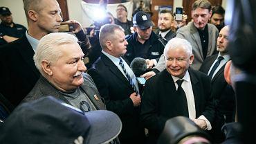 Lech Walesa (l) i Jarosław Kaczyński (p) przed rozprawą. Były premier wytoczył proces byłemu prezydentowi. Wałęsa powiedział publicznie, że Kaczyński kazał swojemu bratu, prezydentowi RP Lechowi Kaczyńskiemu lądować w Smoleńsku, co prezes PiS uważa za naruszenie dóbr osobistych. Gdańsk, Sąd Okręgowy, 22 listopada 2018
