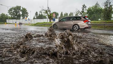 Coraz silniejsze ulewy grożą zalewaniem miast, gdzie brakuje retencji wody